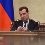 Медведев ограничил разницу в зарплате руководителей и работников ФГУПов