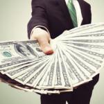 Средневзвешенный курс доллара вырос почти на рубль