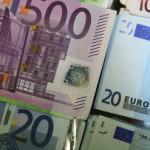 Евро подешевел к доллару после роста накануне